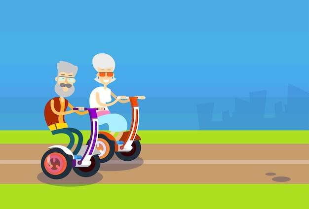 Älteres mann-frauen-paar-fahr-segway-bewegungsfahrrad