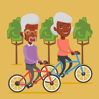 Älteres paar, das auf fahrrädern im park reitet