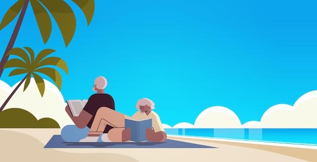 Älteres paar, das bücher am strand liest, alte mann- und frauenfamilie, die zeit zusammen verbringt entspannung ruhestandskonzept seelandschaftshintergrund in voller länge horizontale vektorillustration