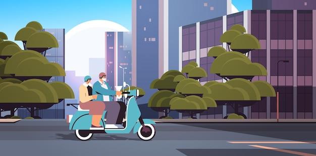 Älteres paar in helmen, die roller-großeltern fahren, die auf moped reisen, aktives alterskonzept, stadtbildhintergrund, horizontale vektorillustration in voller länge