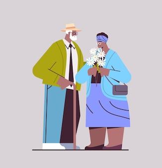 Älteres paar mit blumen, die ein datum afroamerikanische großeltern haben, die zeit miteinander verbringen