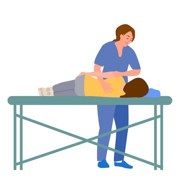 Ärztin, chiropraktikerin oder osteopathin, die den rücken der liegenden frau mit handbewegungen während des besuchs fixiert