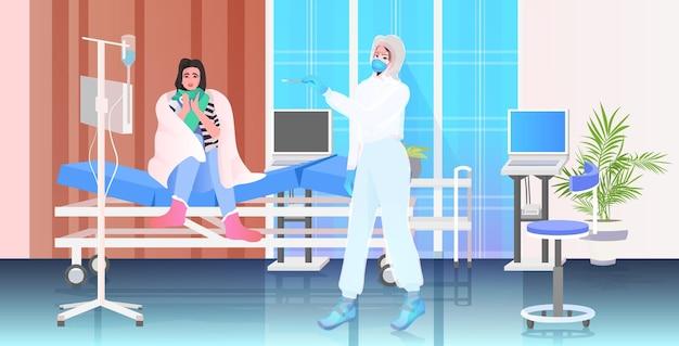 Ärztin in maske, die einen tupfertest für eine coronavirus-probe aus der pcr-diagnose einer patientin durchführt