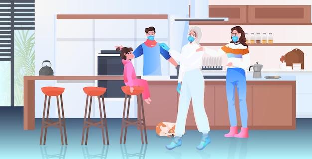Ärztin in maske, die einen tupfertest für eine coronavirus-probe aus einem pcr-diagnoseverfahren für patienten mit kleinen mädchen durchführt