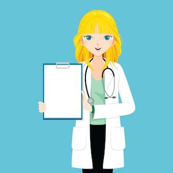 Ärztin mit blondem haar zeigt leere zwischenablage