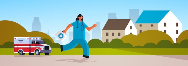 Ärztin mit erste-hilfe-kit läuft, um patientenmedizin gesundheitswesen notfallkonzept krankenwagen auto cottage häuser landschaft hintergrund voller länge flach horizontal zu helfen