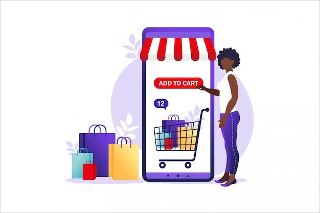 Afrikanische frau, die online auf dem handy einkauft. konzept des online-shoppings, online-shop-zahlung. bankkreditkarten, sichere online-zahlungen und finanzrechnung. smartphone-geldbörsen.