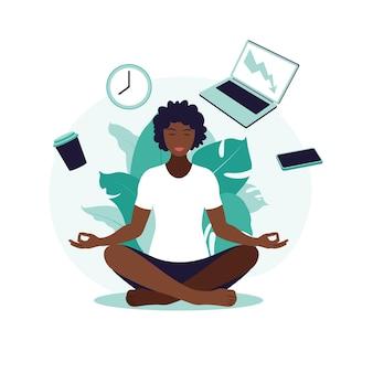 Afrikanische geschäftsfrau, die meditation und yoga mit büroikonen praktiziert