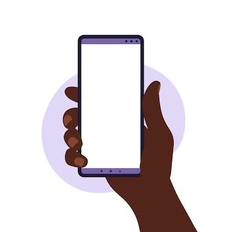 Afrikanische mannhand, die smartphone mit leerem weißen bildschirm hält