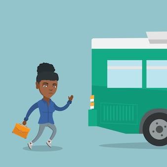 Afrikanische nachwuchsfrau, die für den bus läuft.