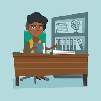 Afrikanischer büroangestellter, der mit dokumenten arbeitet.