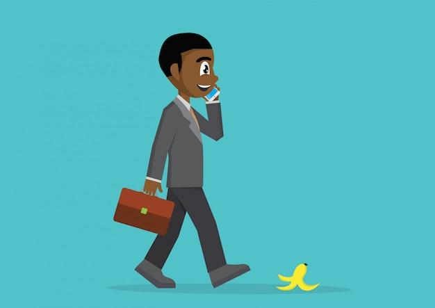 Afrikanischer geschäftsmann, der mit smartphone geht und spricht.