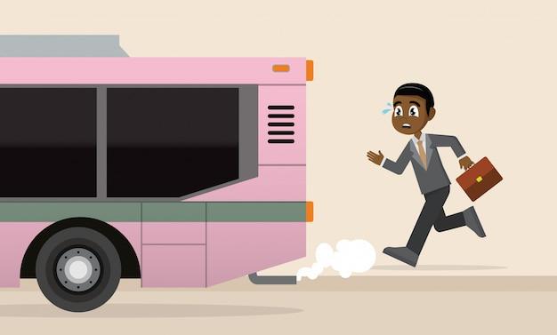 Afrikanischer geschäftsmann läuft für einen abgehenden bus.