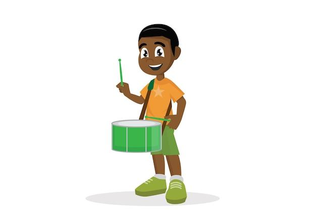 Afrikanischer junge, der trommel spielt.