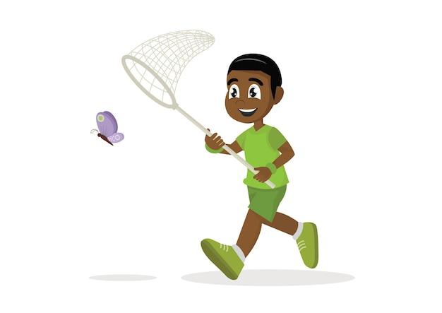 Afrikanischer junge läuft mit schmetterling.