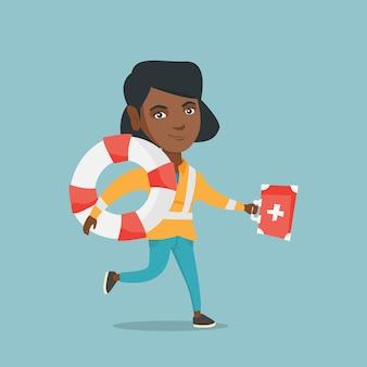 Afrikanischer sanitäter, der mit einem kasten der ersten hilfe läuft.
