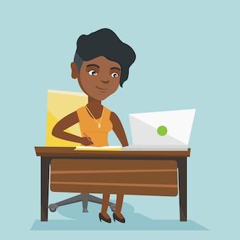 Afrikanischer student, der einen laptop für bildung verwendet.
