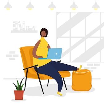 Afro ethnische frau mit laptop im sofa