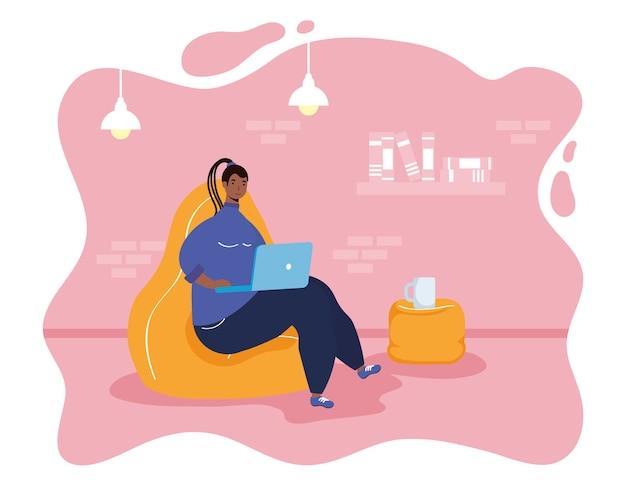 Afro ethnische frau mit laptop im wohnzimmer