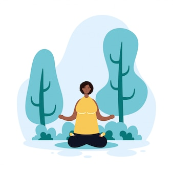 Afro frau, die yoga im park praktiziert