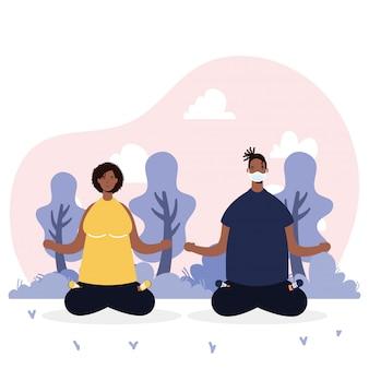 Afro junges paar, das medizinische masken trägt, die yoga praktizieren