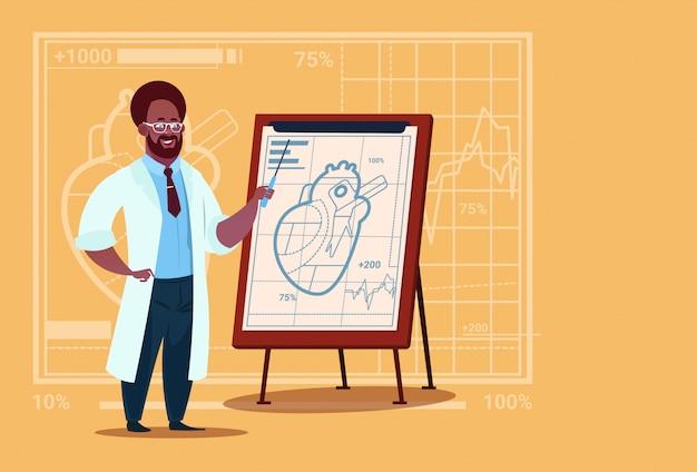 Afroamerikaner-doktor cardiologist over flip chart mit herz-medizinischen klinikarbeitskraft-krankenhaus