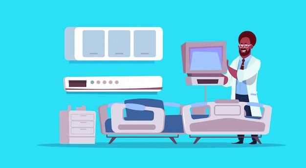 Afroamerikaner-doktor check hospital ward