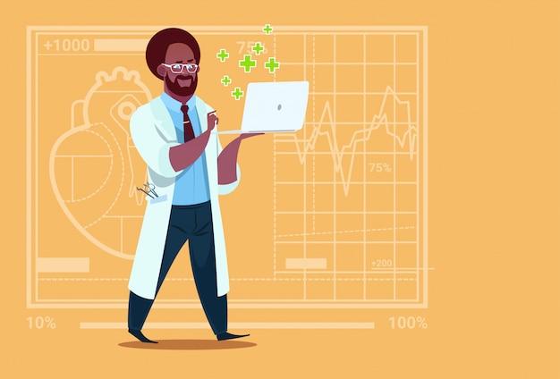 Afroamerikaner-doktor hold laptop computer online-konsultations-medizinisches klinik-arbeitskraft-krankenhaus