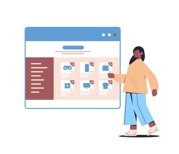 Afroamerikaner frau auswahl einkäufe im webbrowser-fenster online-shopping cyber montag verkauf urlaub rabatte e-commerce-konzept