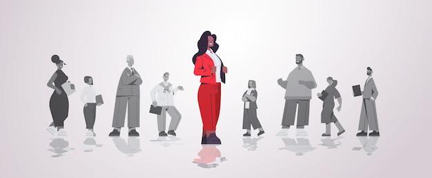 Afroamerikaner geschäftsfrau führer, der vor geschäftsleuten gruppenführung geschäftswettbewerb konzept horizontale illustration steht