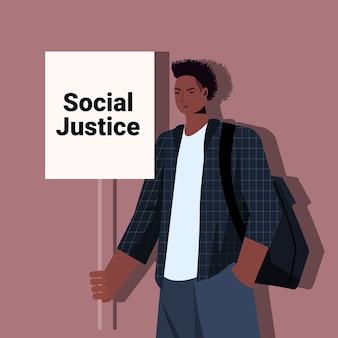 Afroamerikaner mann aktivist halten stop rassismus poster rassengleichheit soziale gerechtigkeit stop diskriminierung konzept porträt