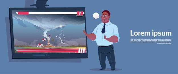 Afroamerikaner-mann, der live tv broadcast about tornado-zerstörende bauernhof-hurrikan-schaden-nachrichten des sturm-waterspout im landschafts-naturkatastrophen-konzept führt