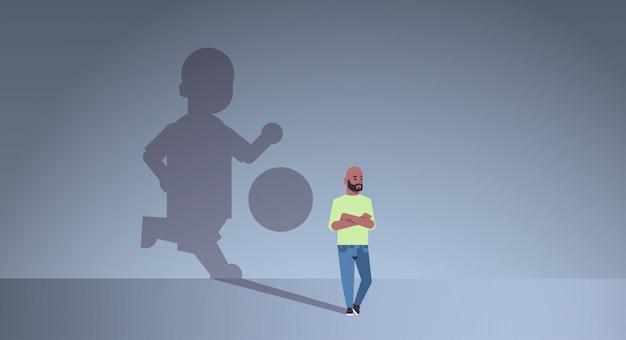 Afroamerikaner mann träumt davon, fußball zu spielen