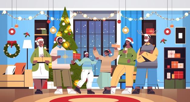 Afroamerikaner-mehrgenerationenfamilie in den weihnachtsmützen, die geschenke halten neujahrs-weihnachtsfeiertagsfeierkonzept wohnzimmerinnenraum horizontale vektorillustration voller länge