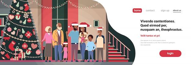 Afroamerikanerfamilie der multi generation, die zusammen im haus nahe verziertem tannenbaumguten rutsch ins neue jahr-konzept der frohen weihnachten flach horizontal steht