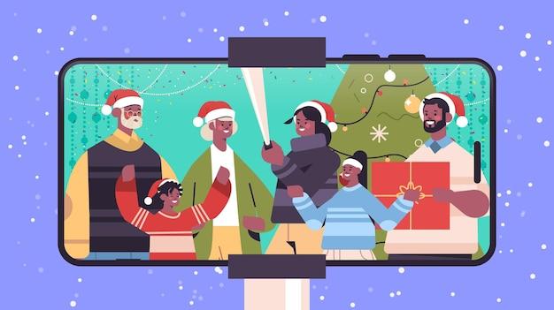 Afroamerikanerfamilie mit mehreren generationen in weihnachtsmützen, die selfie-foto auf kamera neujahrsweihnachtsfeiertagsfeierkonzept smartphonebildschirm horizontale porträtvektorillustration machen