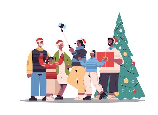 Afroamerikanerfamilie mit mehreren generationen in weihnachtsmützen, die selfie-foto auf smartphone-kamera nahe weihnachtsbaum-neujahrsfeiertagsfeierkonzept horizontale vektorillustration in voller länge machen