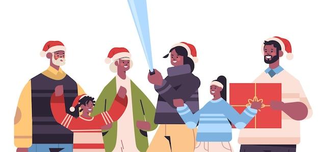 Afroamerikanerfamilie mit mehreren generationen in weihnachtsmützen, die selfie-foto auf smartphone-kamera-neujahrs-weihnachtsfeiertagsfeierkonzept horizontales porträtvektorillustration nehmen