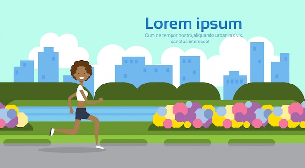 Afroamerikanerfrau läuft in voller länge stadtpark grünen rasen fluss blumen vorlage stadtbild hintergrund kopie raum flach