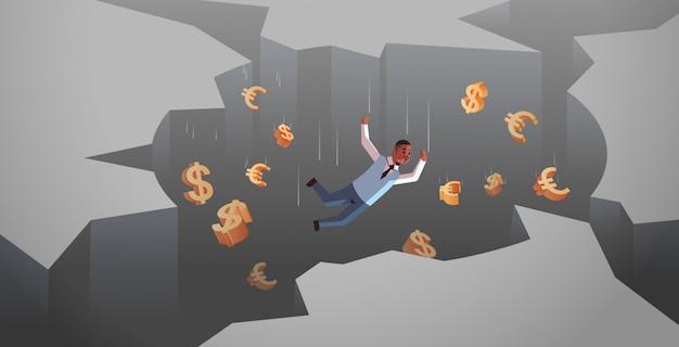 Afroamerikanergeschäftsmann mit den dollareurozeichen, die in das horizontale konkurskonzept der lochabgrundfinanzkrise in voller länge fallen