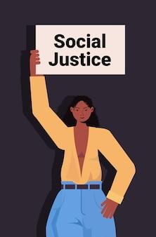 Afroamerikanerin aktivistin hält stop rassismus poster rassengleichheit soziale gerechtigkeit stop diskriminierung konzept porträt vertikal