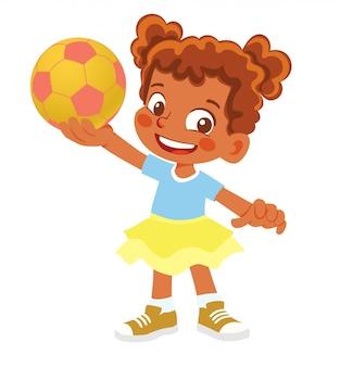 Afroamerikanermädchen hält fußball. junges mädchen, das mit ball steht