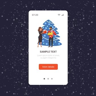 Afroamerikanerpaar, das geschenkgeschenkboxen einander frohe weihnachten winterferienfeierkonzept smartphonebildschirm online mobile app in voller länge vektorillustration gibt