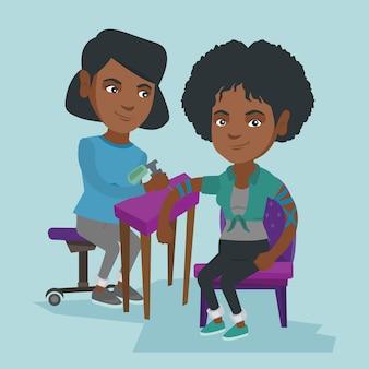 Afroamerikanischer tätowierer, der eine tätowierung macht.