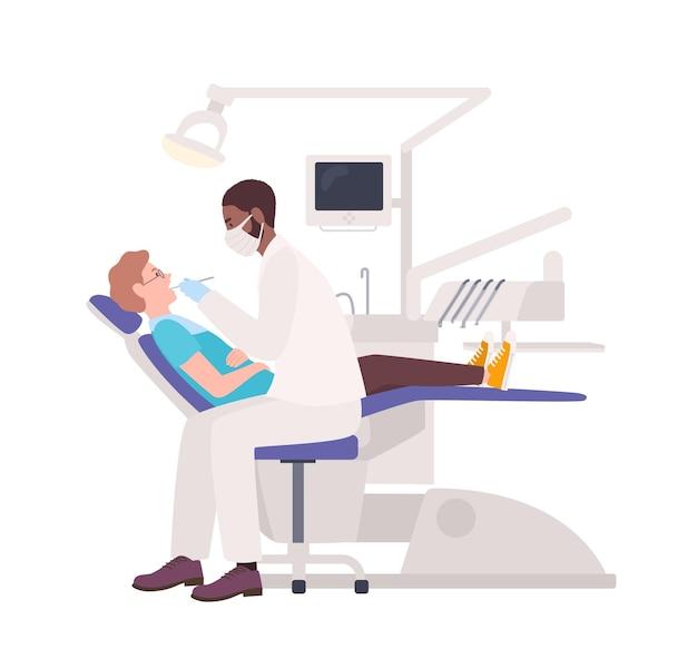 Afroamerikanischer zahnarzt, der männlichen patienten untersucht, der im stuhl liegt. zahnarzt, der mann lokalisiert auf weiß behandelt