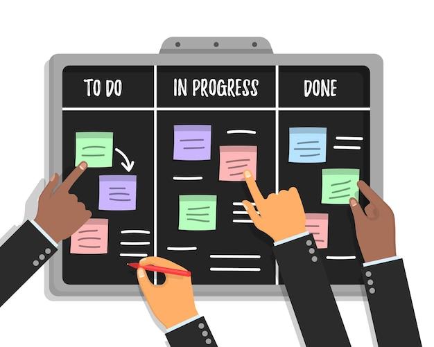 Agiler projektplan. scrum task board-konzept mit menschlichen händen, die bunte klebrige papiere und markierungen halten.