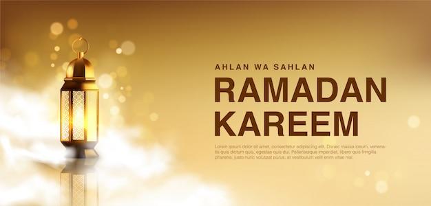 Ahlan wa sahlan ramadan kareem bedeutet willkommener ramadan. tapetenentwurfsschablone mit 3d illustration der laterne, die in wolken umgibt, glücklicher muslimischer feiertagshintergrund in der goldfarbe.