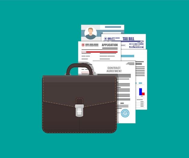 Aktentasche aus leder und stapel von dokumenten