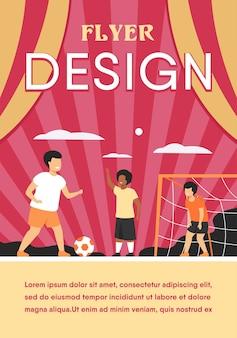 Aktive glückliche kinder, die fußball draußen spielen, lokalisierte flache flyer-schablone