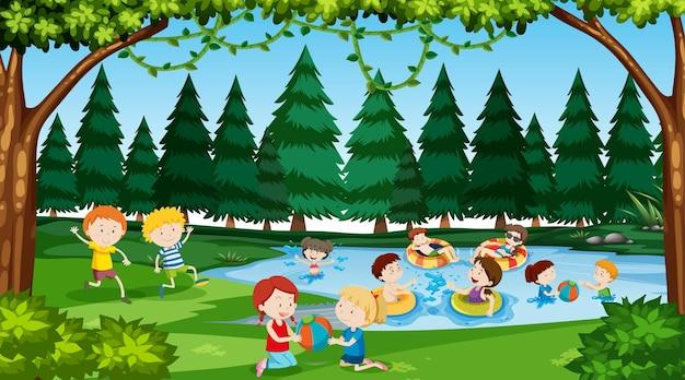 Aktive kinder, die in der outdoor-szene spielen